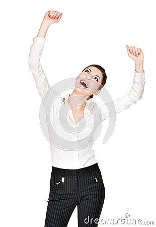 Mujer feliz con las manos aumentadas para arriba en la camisa blanca
