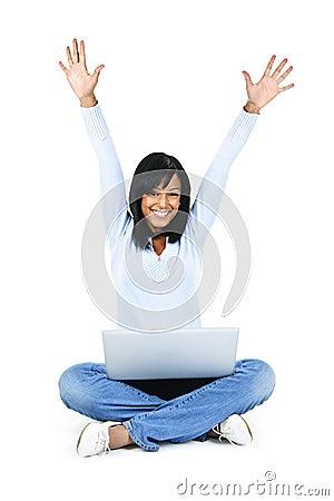 Mujer feliz con los brazos rasing del ordenador