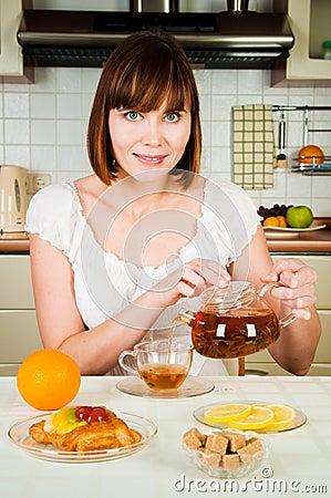 Mujer feliz con té