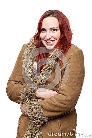 Mujer feliz en abrigo de invierno grande