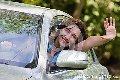 Mujer feliz en coche
