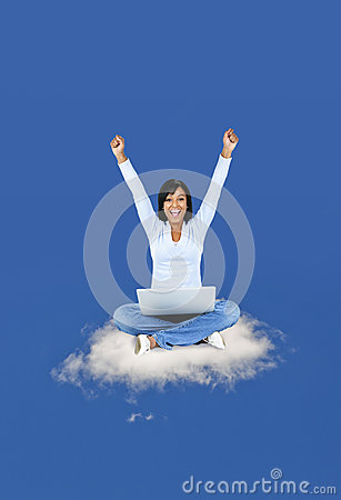 Mujer feliz que computa en la nube