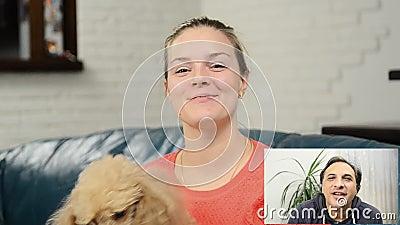 Mujer feliz que tiene una charla video con el amigo almacen de metraje de vídeo