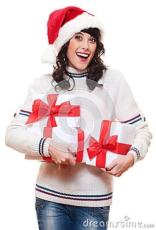Mujer feliz sorprendente en el sombrero de santa