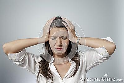 Mujer frustrada que toma su cabeza entre sus manos for Ropa interior provocativa