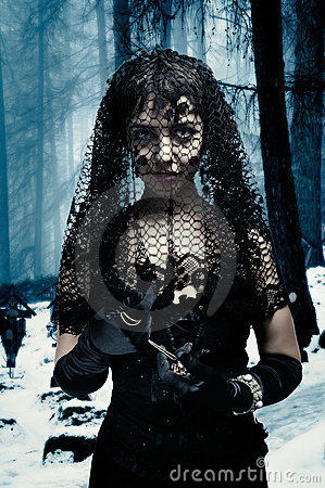 Mujer gótica en velo negro
