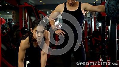 Mujer haciendo ejercicio con un brazo doblón metrajes