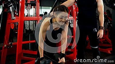 Mujer haciendo un timbre de brazo para hacer ejercicio almacen de video