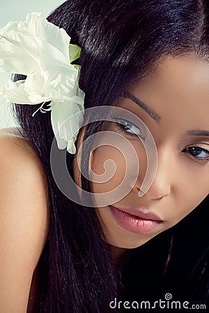 Mujer hawaiana hermosa con una flor tropical