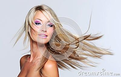 Mujer hermosa con el pelo recto largo