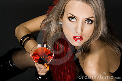 Mujer hermosa con el vidrio