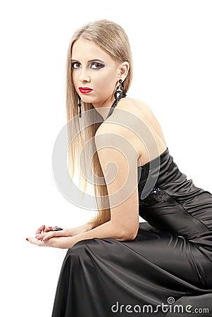 Mujer hermosa con maquillaje de la tarde