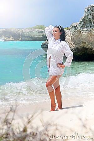 Mujer hermosa en la playa del Caribe