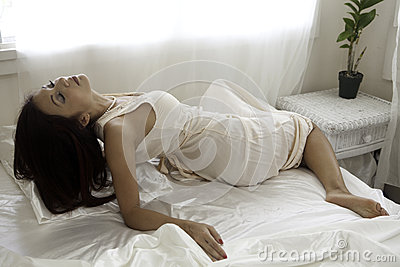 Mujer hermosa en su dormitorio