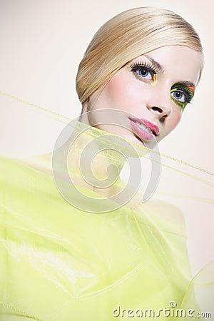 Mujer hermosa en verde