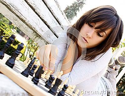 CAPÍTULO I: Cuando el corazón es un bosquejo del verso que se pule en el amor humano. Mujer-hermosa-joven-que-juega-a-ajedrez-thumb16607884
