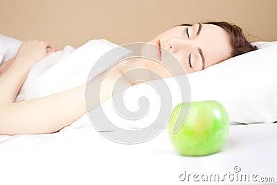 Mujer hermosa lsleeping en la cama (foco en mujer)