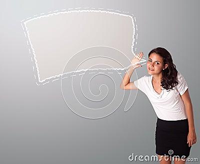 Mujer hermosa que gesticula con el espacio abstracto de la copia de la burbuja del discurso
