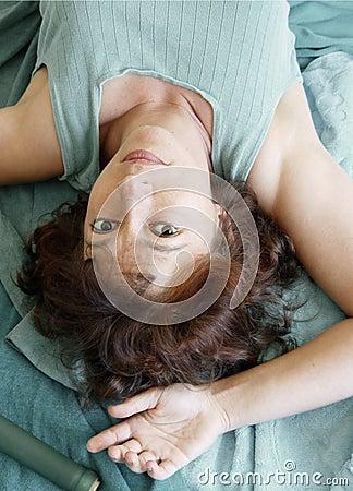 Mujer hermosa que miente upside-down