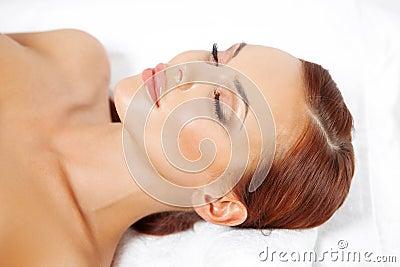 Mujer hermosa que tiene un tratamiento del balneario