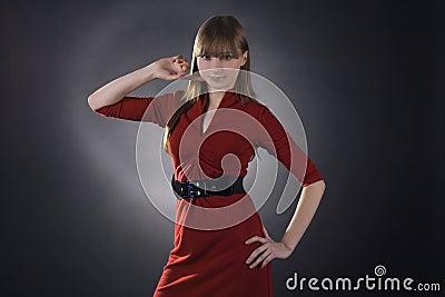 Mujer imponente en alineada roja en fondo negro