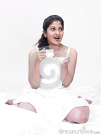 Mujer india que bebe su té