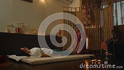 Mujer joven asiática que disfruta de la relajación que recibe el masaje y la terapia de aroma de aceite esencial en el spa Cosmet almacen de metraje de vídeo