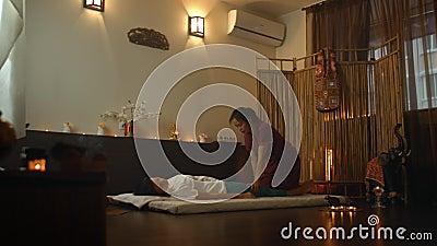 Mujer joven asiática que disfruta de la relajación que recibe el masaje y la terapia de aroma de aceite esencial en el spa Cosmet almacen de video