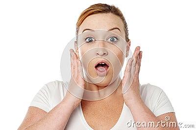 Mujer joven chocada sobre blanco