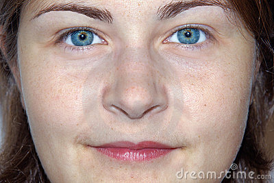 Mujer joven cómoda del ojo imponente