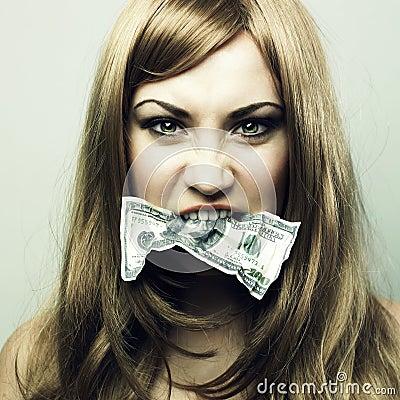 Mujer joven con 100 dólar americano en una boca
