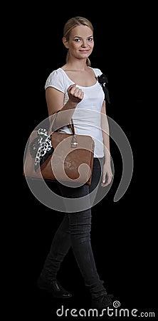 Mujer joven con el bolso
