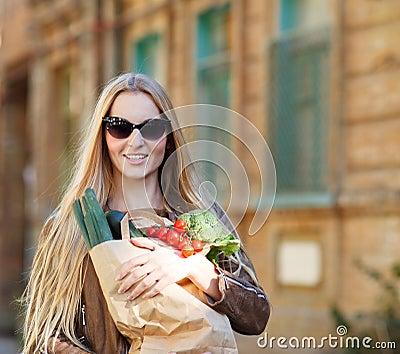 Mujer joven con el bolso de compras