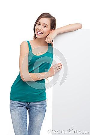 Mujer joven con el cartel en blanco