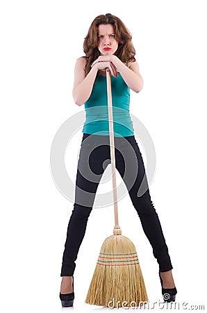 Mujer joven con la escoba