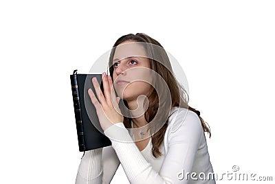 Mujer joven con la rogación de la biblia