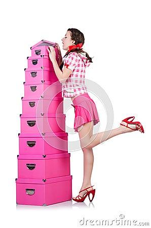 Mujer joven con las cajas de almacenamiento