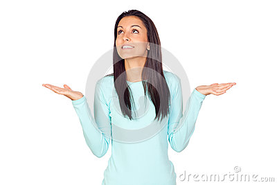 Mujer joven con los brazos abiertos