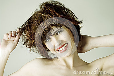 Mujer joven con los pelos cortos marrones