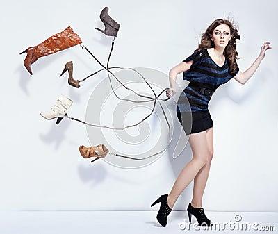 Mujer joven con los zapatos