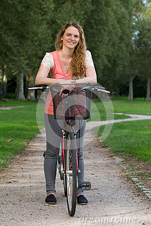 Mujer joven con una bici