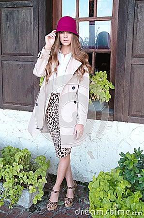 Mujer joven de moda por la ventana