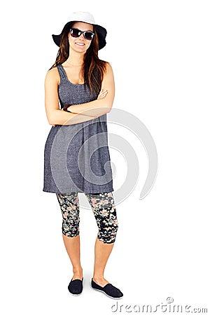 Mujer joven del cuerpo completo que disfruta de verano en blanco