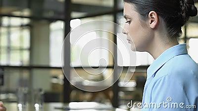 Mujer joven despedida por un funcionario de Recursos Humanos que atraviesa el despido, el concepto de cortes de trabajo almacen de video