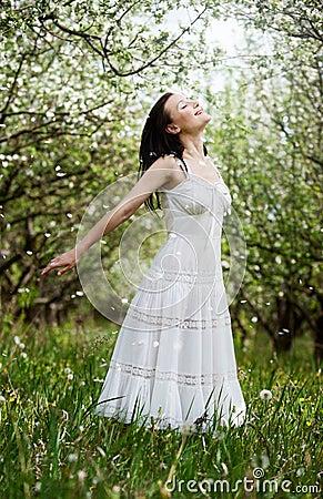 Mujer joven despreocupada en parque