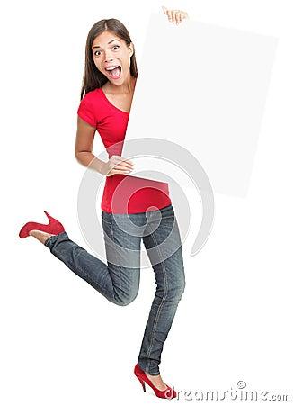 Mujer joven emocionada que lleva a cabo a la tarjeta blanca vacía