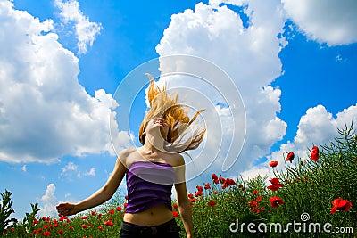 Mujer joven en campo de la amapola
