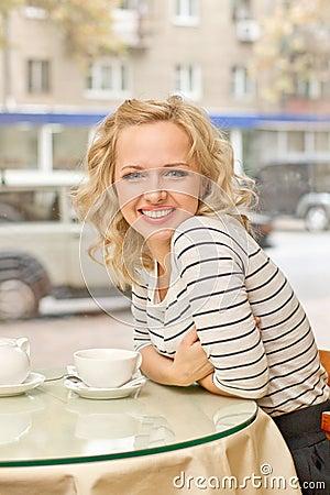 Mujer joven en el pequeño café