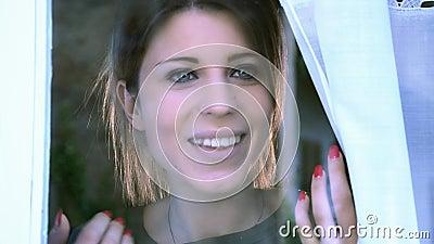 Mujer joven en la ventana almacen de metraje de vídeo