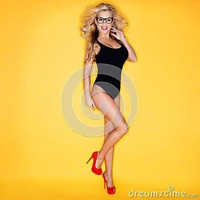Mujer joven en lentes que desgastan del traje de baño